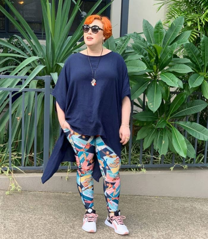 how to wear sneakers with colorful leggings | 40plusstyle.com