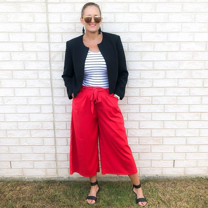 wear wide leg pants to dress the inverted triangle body shape | 40plusstyle.com