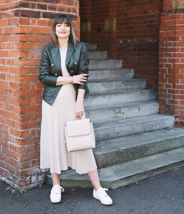 Lizzi wearing sneakers with her midi dress | 40plusstyle.com