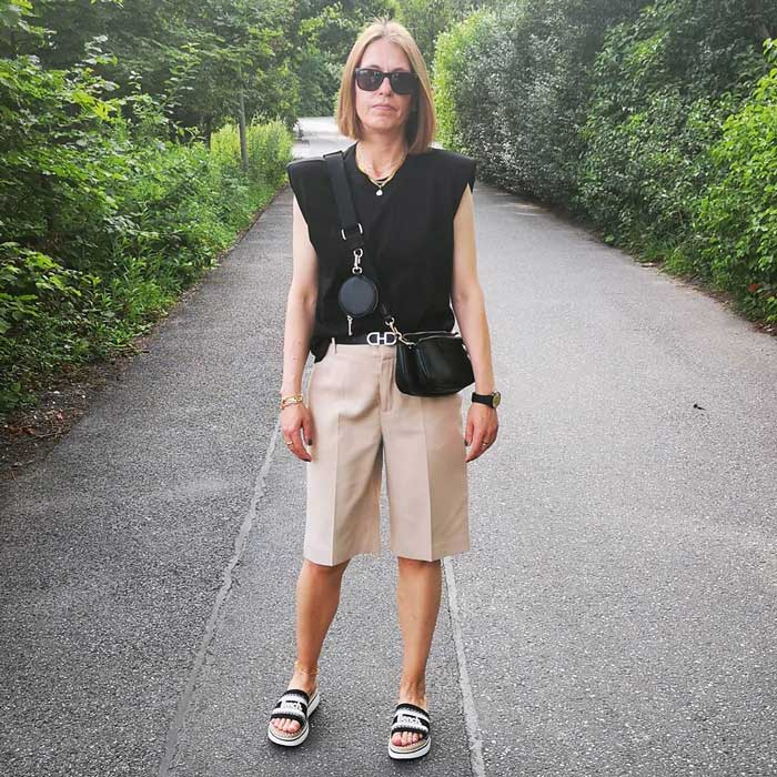 Chris wears a crossbody travel purse with her shorts | 40plusstyle.com