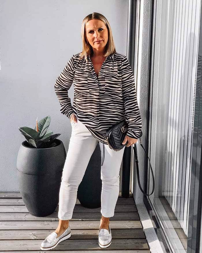 Iona wearing silver loafers and white jeans | 40plusstyle.com