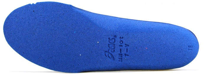 Пенный материал с эффектом памяти мягче, чем используемый в кроссовках К20.