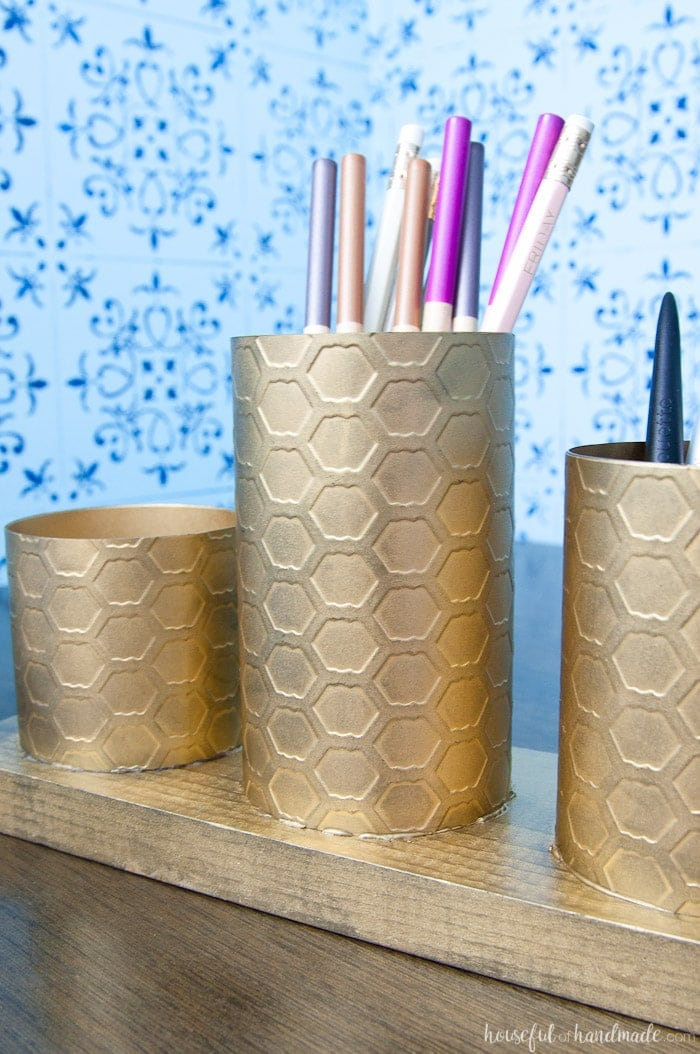 I love this painted brass DIY desk organizer to keep your favorite things organized on your desk. This organizer is made to look like brass with a beautiful chicken wire pattern, but you will never guess what it is actually made out of. Housefulofhandmade.com | Spellbinders | Embossing Plate | Brass Spray Paint | Paper Crafts | Desk Organization | Pencil Holder | Chic Desk Accessories | Farmhouse
