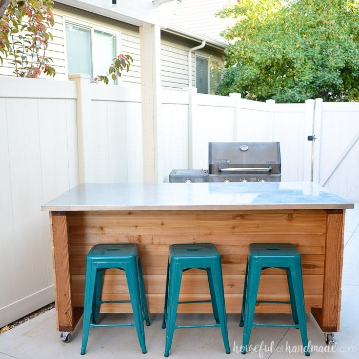Turn your patio into an outdoor kitchen with this easy to build outdoor kitchen island. Get the free build plans on Housefulofhandmade.com.