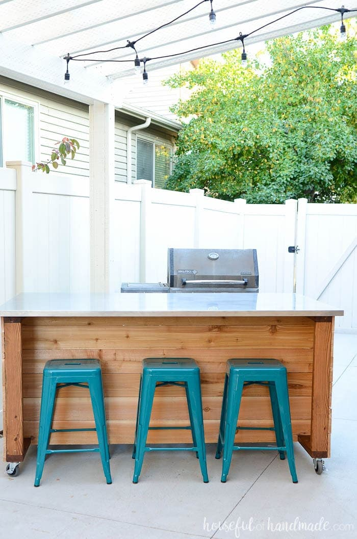 Create a portable outdoor kitchen in an afternoon with these free build plans. This easy to build outdoor kitchen island is perfect for entertaining and cooking outdoors. Housefulofhandmade.com