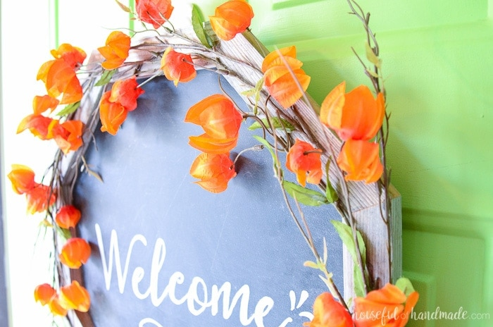 I love this rustic fall wreath! Build an easy octagon wreath frame and turn it into a chalkboard wreath. Housefulofhandmade.com