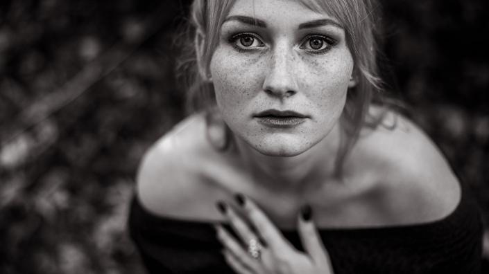 ausdrucksstarkes Portrait einer jungen Frau mit vielen Sommersprossen fotografiert in Erfurt mit der Canon EOS R6 & dem RF 28-70mm f2.0