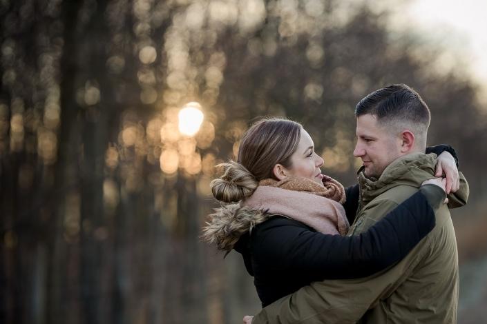 gegen die untergehende, tief stehende fotografiertes romantisches Paarfoto