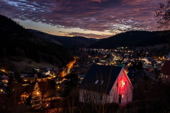 toller Abendhimmel über dem weihnachtlichen Manebach im Thüringer Wald,