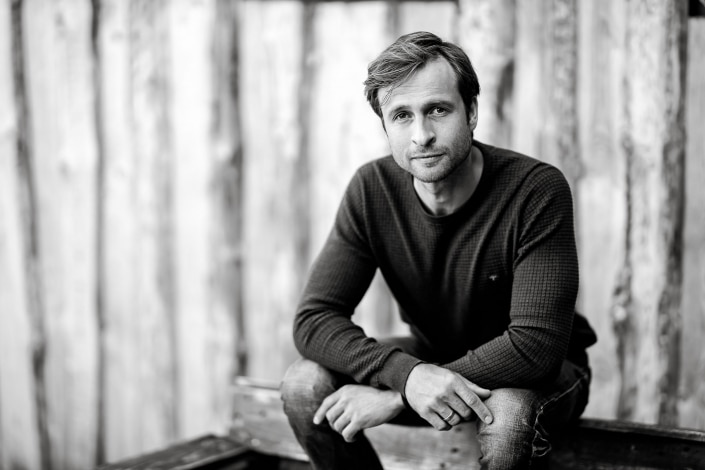 Schauspieler Thomas Stier-Koch in einem Schwarz-Weiss Portrait fotografiert in Erfurt mit der Canon EOSR & RF 85mm f/1.2L USM