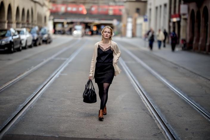 mit Offenblende von f1.2 in doppelter Bewegung fotografierter Fashion Shoot in der Erfurter Bahnhofstr. Canon EOSR6 & RF 85mm f/1.2L USM