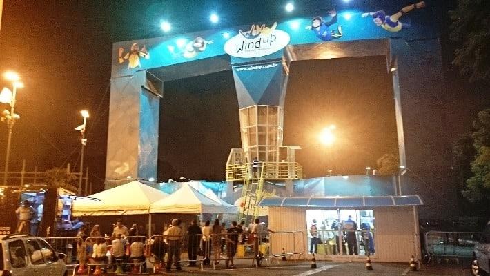 Festa de aniversário no simulador de paraquedismo indoor