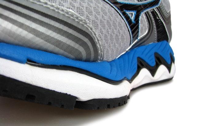 Рис.6 Пластина Wave распространяется от кончиков пальцев до пятки. Эта конструкция не нова для Mizuno и делает переднюю часть кроссовок жесткой. Однако такое решение способствует хорошему проталкиванию вперед