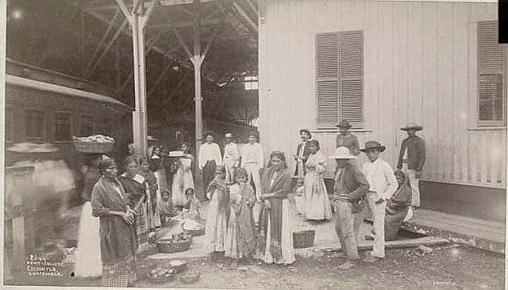 Pasajeros y vendedores en el Ferrocarril de Guatemala