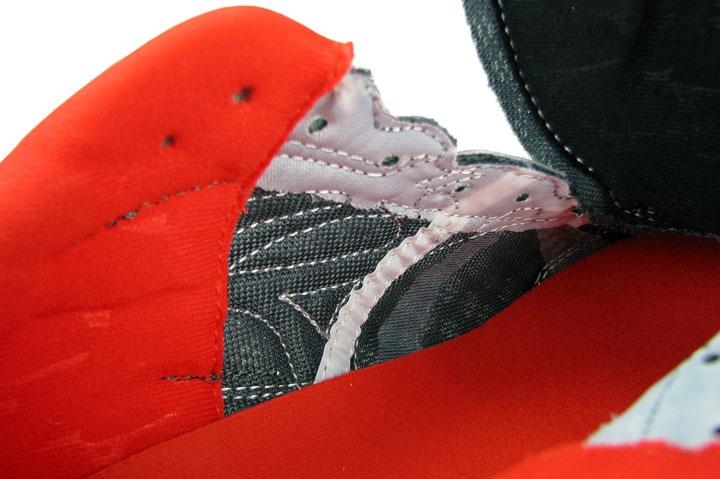 Рис.11 Внутренний шов с внешней стороны кроссовок сместился назад к пятке. Это дает лучшую посадку и комфорт ноги  внутри