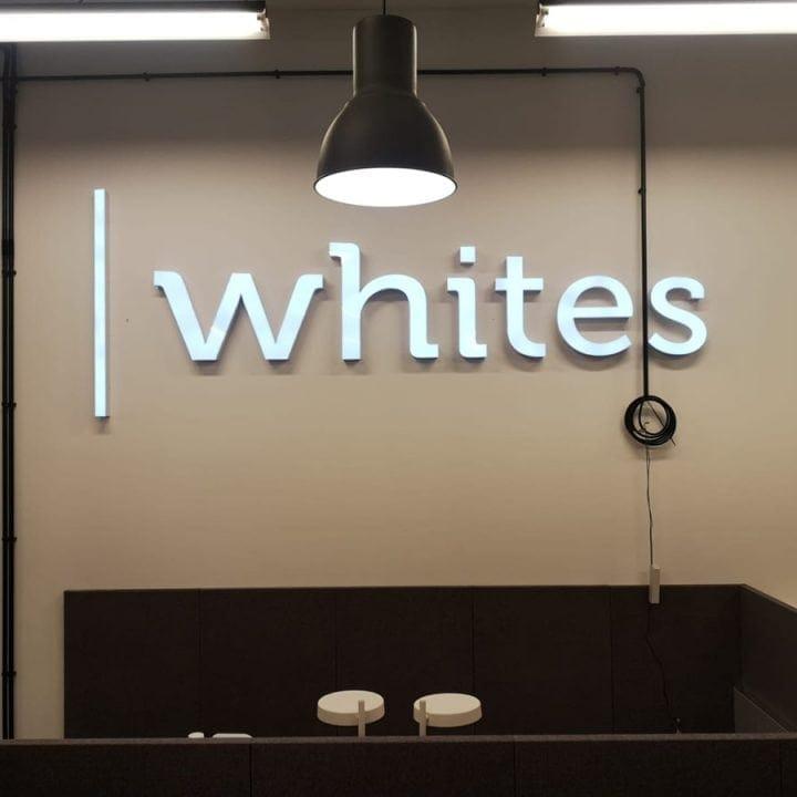 Podświetlane logo w recepcji