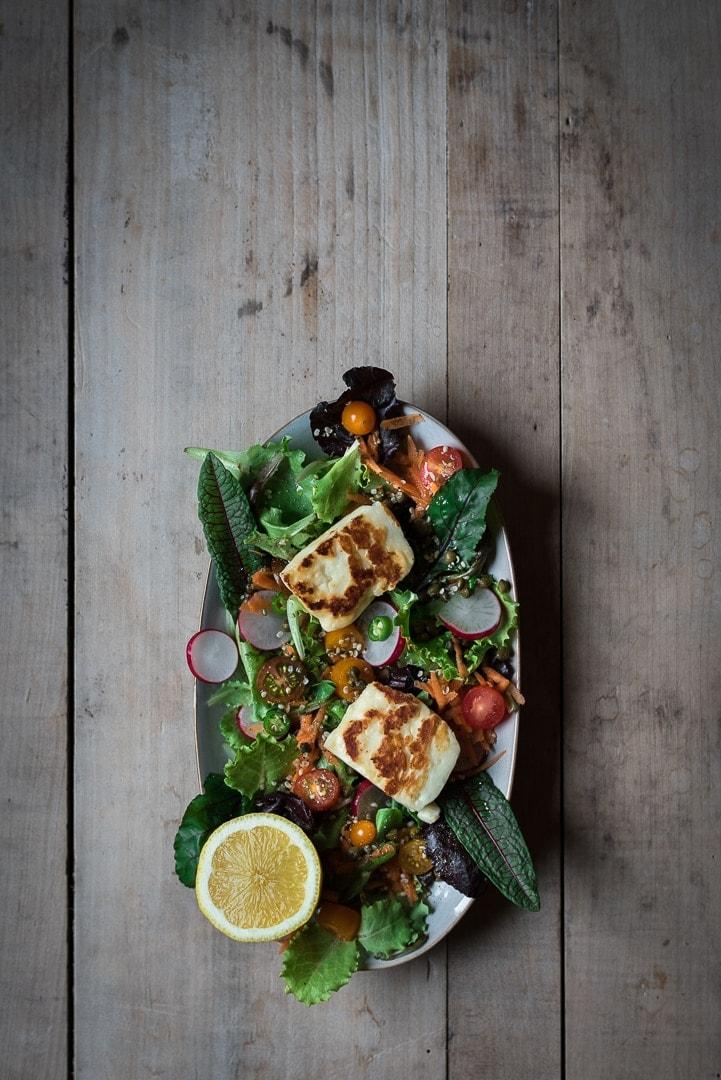 Bunter Hallomui Salat mit Kapern