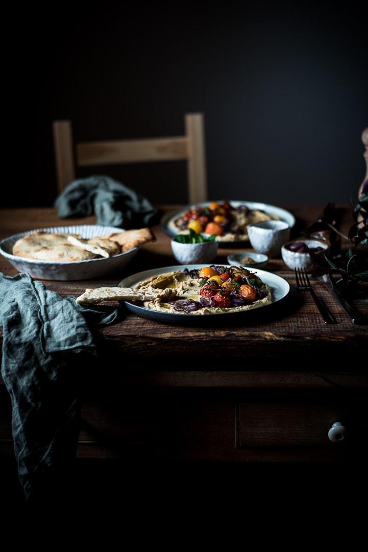 Loaded Hummus mit Tomaten Food Fotografie
