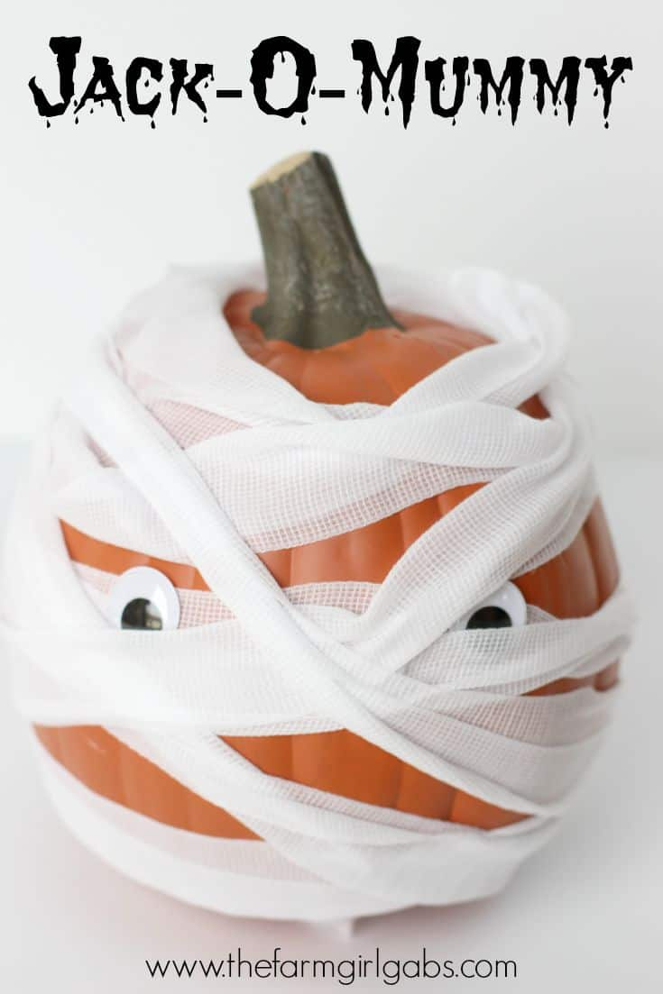 Make this easy Jack-O-Mummy pumpkin for Halloween this year. It's a great fall craft for kids and adults. | www.thefarmgirlgabs.com