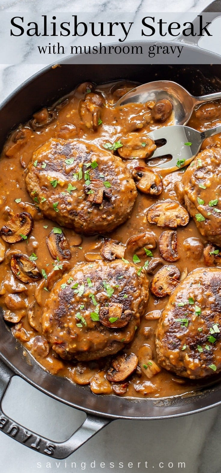 Una bistecca alla Salisbury con una ricca e scura salsa di funghi