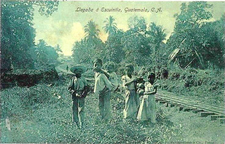 Niños al lado de la vía en Escuintla