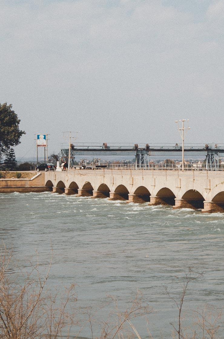 Der er flere dæmninger langs Jehlum River.