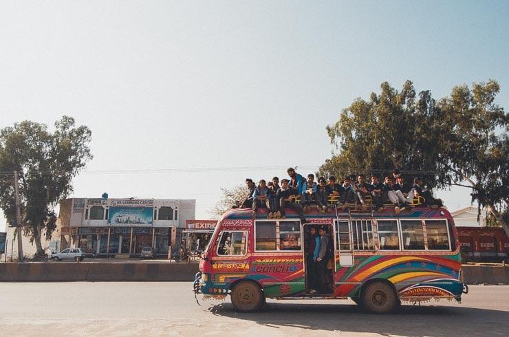 En bus spækket med skoleelever, kører forbi hospitalet.
