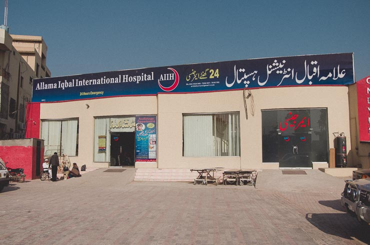 25. jan: Allama Iqbal Hospital, hvor min far var indlagt. Privathospitalet er opkaldt efter pakistans største digter og filosof. Det var også dagen, hvor min far blev udskrevet. Det er bl.a. ham og min mor, til venstre på billedet.