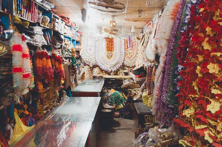 En forretning som primært solgte kræns ifm. bryllupper. Dem som hænger bagerst består af pengesedler og det er tradition, at gommen har sådan en på - de øvrige benyttes mest af, eller gives til, familiemedlemmer.