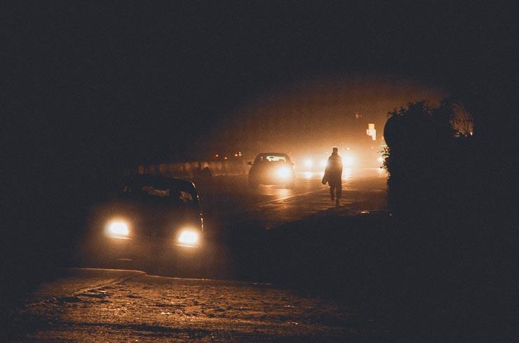 Der er gadelamper men intet lys. Nogen sagde pærene er blevet stjålet men med den konstante strømsvigt, kan det vel også være ligemeget. Det bliver bælg-hamrende-mørkt og alle kører med langt lys, som ikke er spor behageligt.