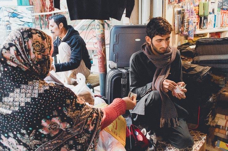 Jeg spottede ham her ved et tilfælde, da jeg gik rundt i bazaaren. Han plejde at komme forbi hospitalet med te. Her hjælper han til i sin fars butik. Han er pathan og stammer fra Afghanistan.