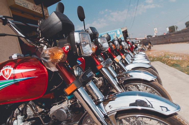 Motorcykler er enormt populære. Man kan komme frem gennem smalle gyder og de er også rigtigt gode på ujævnt terræn, som der er meget af.
