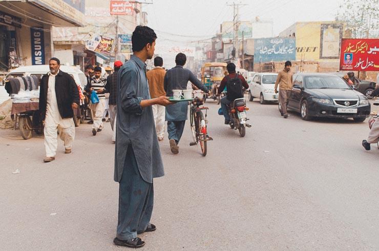 Hvis man mangler noget, kan man bare råbe på tværs af gaden i bazaaren. Det er f.eks. meget normalt, at man byder sine kunder på en kop te. Teen er allerede skænket og han ska bare over gaden for at levere.