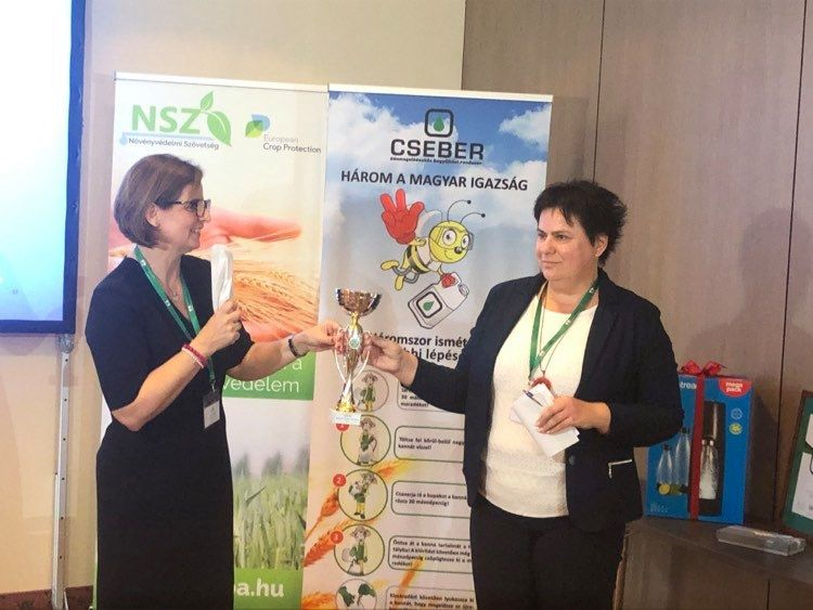 A Cseber Nonprofit Kft. ügyvezetője, Fenyvesi Rita átadja a díjat a KITE Zrt. növényvédőszer kereskedelmi üzletág igazgatójának, Sopronyiné Komlósi Beátának