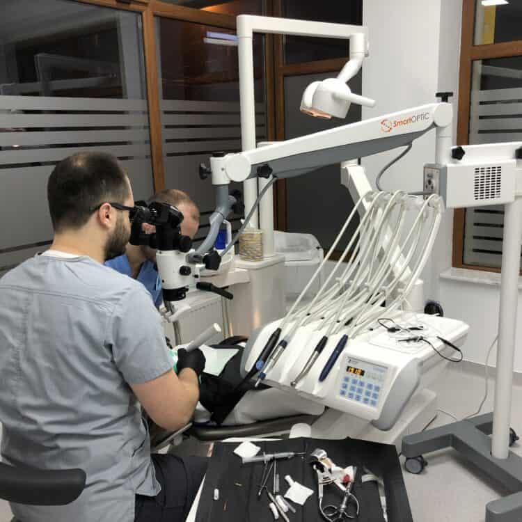 Tratament de canal sub microscop