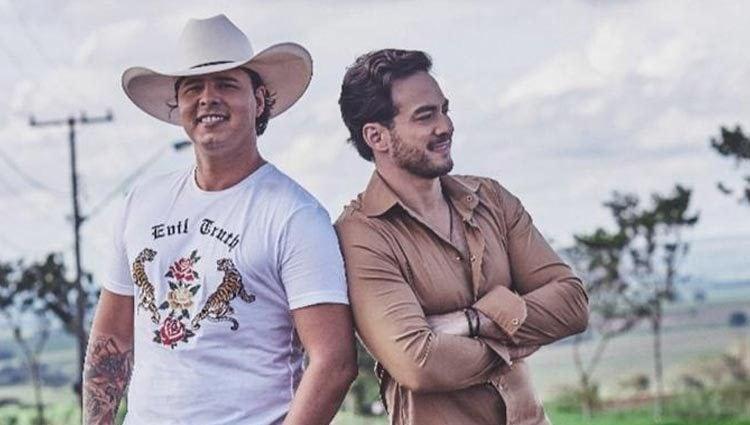 A dupla começou a carreira em 2003, e lançou em 2009 o primeiro CD, intitulado Anjo Querido, ao vivo