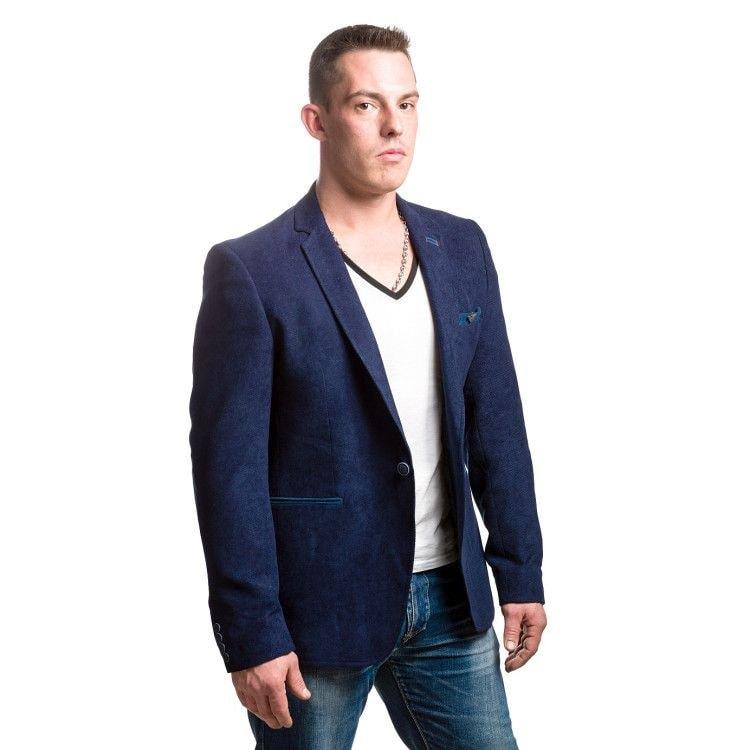 В комплект к футболке оптимально выбрать в меру сдержанный и приталенный пиджак, наиболее органичны джинсы классического кроя