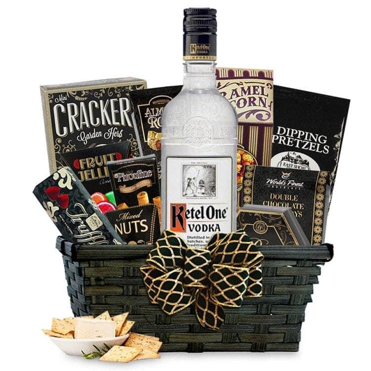 Вкусная корзина сможет украсить собой новогодний праздничный стол и удивить важных гостей вашего руководителя
