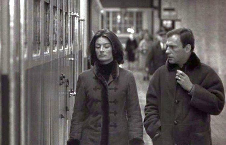 """Кадр из фильма """"Мужчина и женщина"""" (1966): мужские дубленки вошли в моду"""