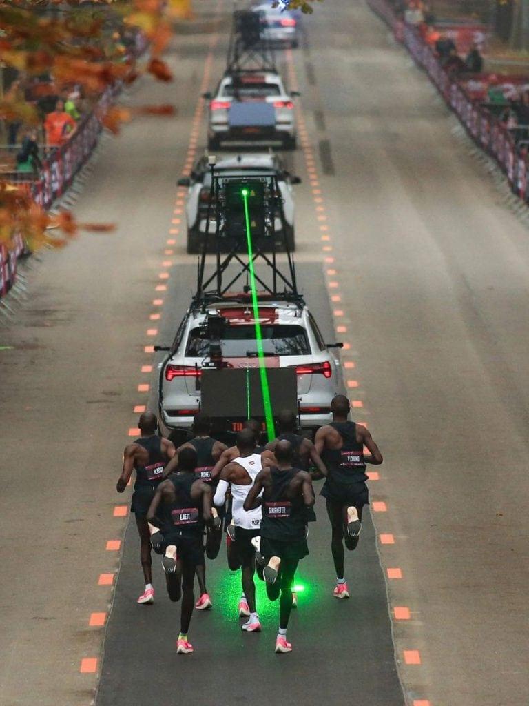 Кипчоге на трассе марафона из двух часов в кроссовках Nike Air Zoom Alphafly NEXT%