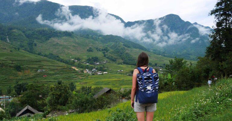 Marta z plecakiem milenijnym w górach w Laos