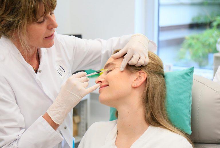 Akm GmbH in Düsseldorf. Botox und Hyaluron Unterspritzungs-Kurse für approbierte Ärzte. Bild zeigt: Hands on Training.