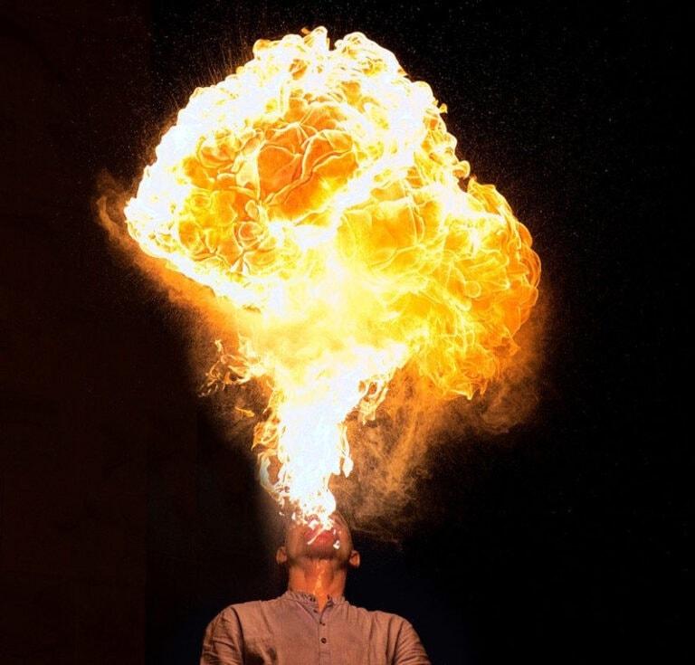 Feuerspucker gefährlich unsicher verbrennt sich Unfall