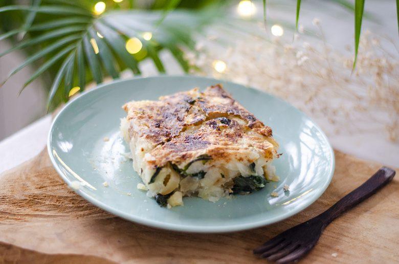 Receta vegetariana fácil: gratinado de patata y cebolla con espinacas.