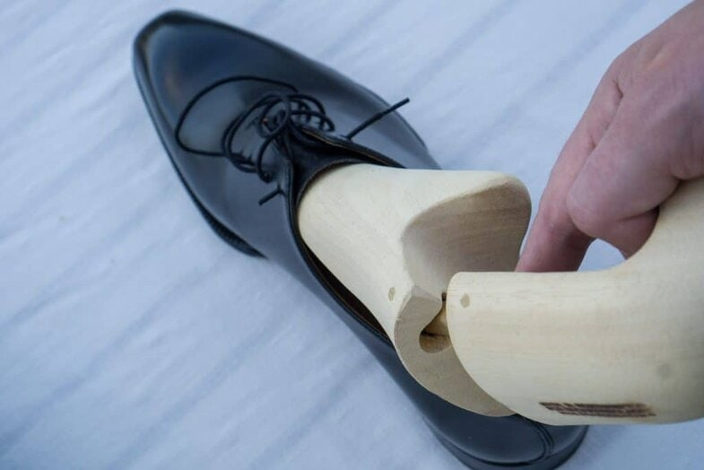 When the shoe trees comes out angled it fits much better into the instep shape and the whole thing runs more smoothly and more gentle on the shoe. When you insert the trees you should do do exactluy the same, but in reverse. The shoes are the model Treviso Nero from Italigente, the shoe trees are Skoaktiebolaget's own travel trees made of very lightweight obeche wood (which, however, is excellent as a full-time shoe tree as well.