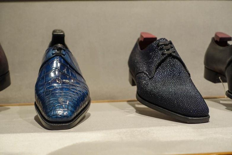 Derbys i exotiska läder, vänstra alligator, högra stingrocka.