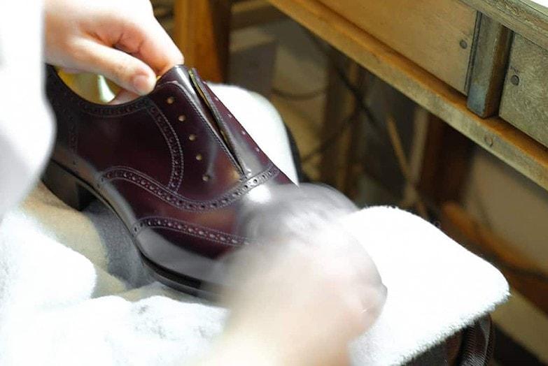 Skorna putsas upp ordentligt för hand.