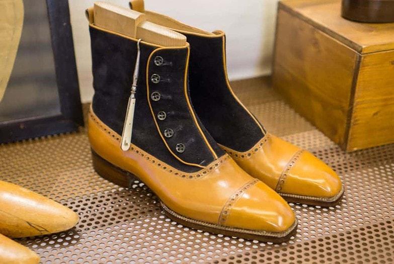 Trevliga button boots.