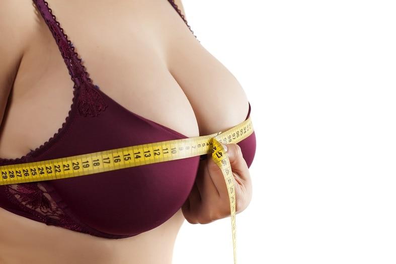 meme küçütme nedir, göğüs ölçüsüne bakan kadın