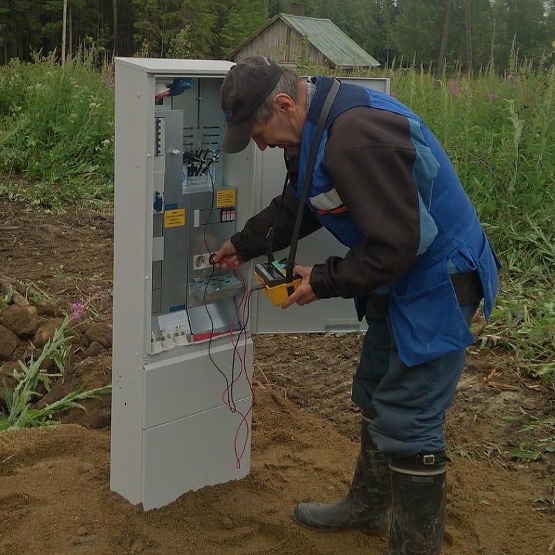 Vilho Ruponen mittaa sähkökeskusta